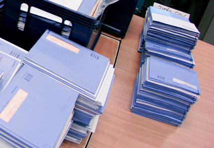 Tussen Kunst & Kitch: man neemt onaangetaste stapel blauwe enveloppen mee